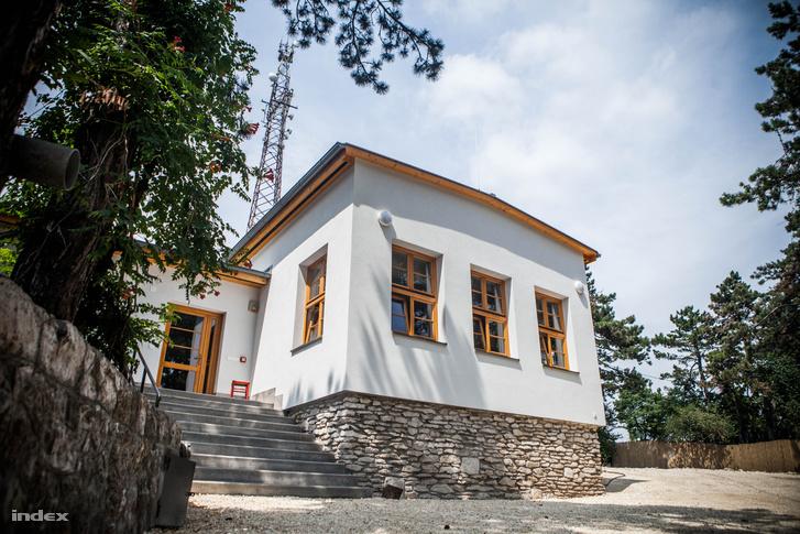 A frissen elkészült turistaház a Hármashatár-hegyen.