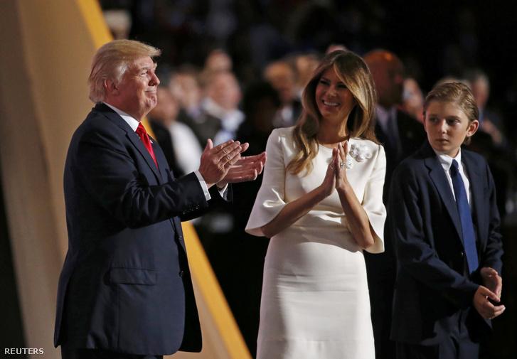 Donald Trump a Republikánus Párt elnökjelöltje, felesége Melania és egyik fiuk, Barron a négynapos elnökjelölt-állító konvenció negyedik napján az Ohio állambeli Clevelandben 2016. július 21-én.
