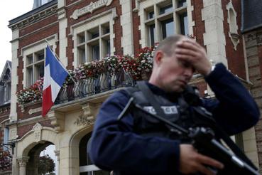 A negyvenperces akció háromnegyed tizenegykor véget ért. A túszejtőket megölték a rendőrök, jelentette az AP és a Reuters. Az egyik túsz, egy 84 éves pap, Jacques Hamel is meghalt, a Figaro szerint átvágták a torkát. Három másik túsz is megsebesült, méghozzá annyira súlyosan, hogy élet-halál között van - ezt a belügyi szóvivő nyilatkozta.