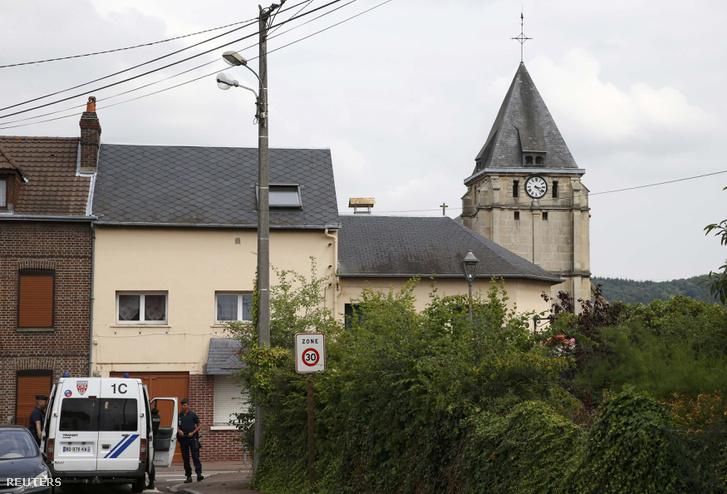Az egyik túsz, egy 84 éves pap, Jacques Hamel is meghalt, a Figaro szerint átvágták a torkát. Három másik túsz is megsebesült, méghozzá annyira súlyosan, hogy élet-halál között van - ezt a belügyi szóvivő nyilatkozta.