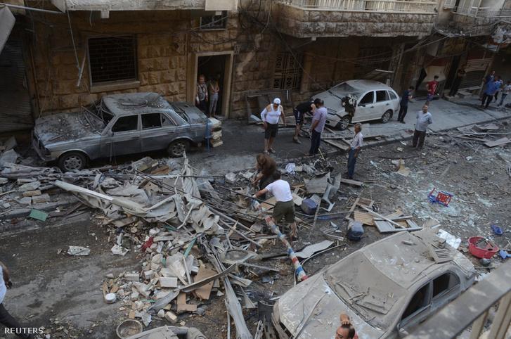 Aleppo egyik utcája bombatámadást követően, 2016. július 11-én.