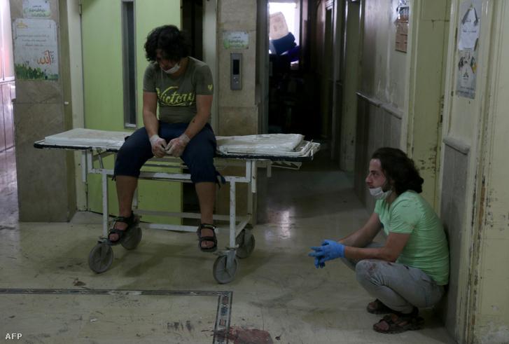 Kórházi dolgozók egy bombatámadást követően az Omar bin Aziz kórházában, Aleppoban, 2016. július 16-án. A lázadó területeket ért bombázásban legalább 21 civil, köztük gyerekek haltak meg.
