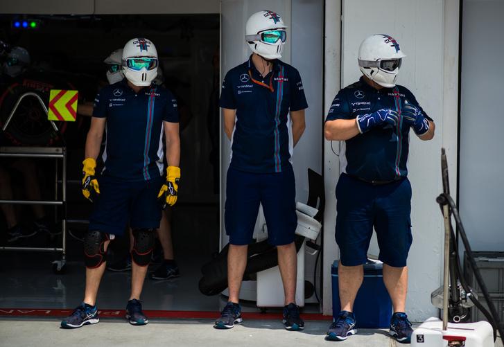 Stílustörés: A Williams szerelői viselnek birodalmi rohamosztagos sisakot, de a Mercedes központja a halálcsillag
