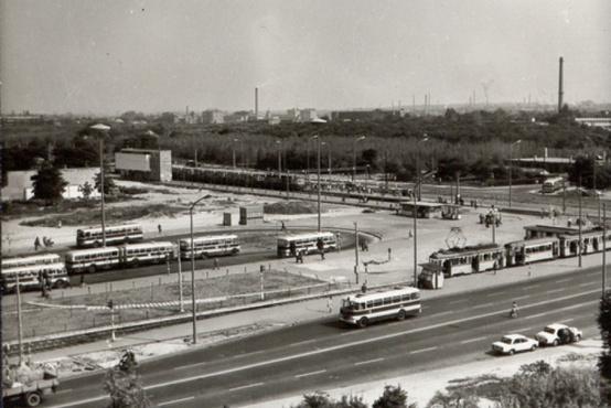 Még az 1960-as években is ilyen volt az Örs. Az Árkád helyén erdőfoltok, a Sugár helyén pár fenyő, a Gomba sehol. A baloldalt, középmagasságban álló épület itt kimagaslik, ma már szinte észre sem vesszük a HÉV-megálló végében, a Sugár hídja mellett