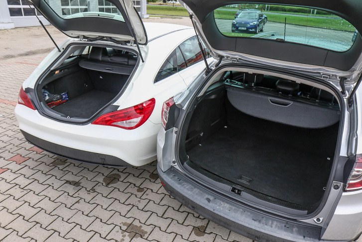 A Mercedes csomagtere természetesen kisebb és a lejtős hátfal miatt rosszabbul pakolható, de korántsem annyira, mint gondolnánk