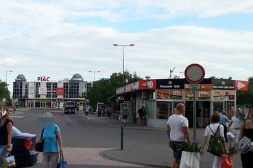 A metróvégállomás melletti buszpályaudvar, természetesen néhány bódéval. Háttérben a Cédrus piac.