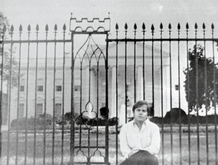 John Hinckley Jr. pózol a Fehér Ház előtt
