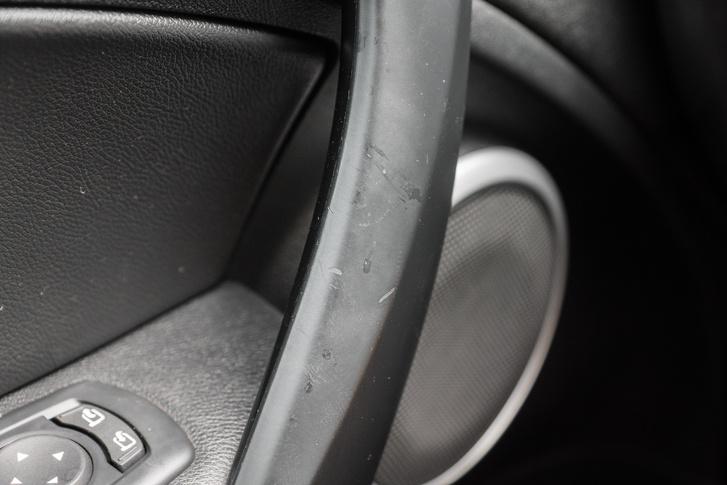 Elképesztően gatya a Renault-féle gumírozott felület. Mintha a VW-től emelték volna át