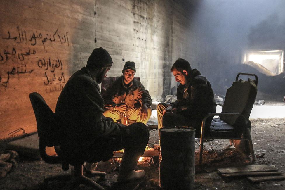 A Szabad Szíriai Hadsereg katonái egy alagútban melegednek 2015 telén. Az SZSZH-t annyira megviselték a támadások, hogy az is felmerült, a szervezet teljesen megszűnt. Ennek másik oka az, hogy az isztambuli székhelyű Omran Dirasat szervezet becslései szerint az SZSZH teljesen széttöredezett: 27 nagy, 1000 főt meghaladó frakcióból és közel száz kis létszámú csoportból áll. Összlétszáma 30-35 ezer ember lehet.