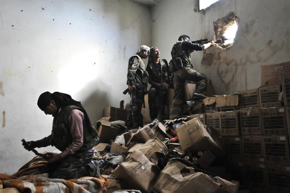 A Szabad Szíriai Hadsereg katonái 2011-ben megtagadták a parancsot, hogy az elnök ellen tüntető civilekre lőjenek, ellenezték, hogy a kormányerők figyelmeztetés nélkül tüzeltek azokra, akik kiléptek a házukból a kijárási tilalom ellenére. Az SZSZH vezetője Rijád al-Aszad, a szír légierő korábbi ezredese lett és a fegyveres erő megalakulásakor bejelentette, hogy a Szír Nemzeti Tanácshoz, az ellenkormányhoz csatlakoznak. Ernyőszervezetként alakultak meg, amely több kormányellenes fegyveres csoportot tömörít, így például a képen is látható Igazság Brigádot. A felvélet 2012. november 3-án készült Aleppóban, abban az időszakban, amikor a háború egyre véresebbé vált a lázadók és a kormány között.