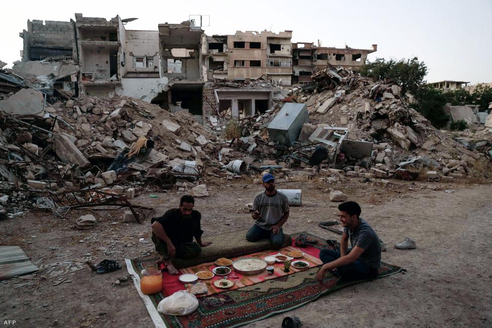 Az SZSZH katonái a ramadán alatti böjtre készülnek Damaszkusz egyik külvárosában 2016 júniusában. 2016-ban a harcok egy rövid időre abbamaradtak Szíriában: márciusban a felek fegyverszünetet hirdettek, amely meglepő módon közel két hónapig kitartott. Júniusban pedig a muszlim szent hónap, a ramadán alatt újabb fegyvernyugvást hirdettek.