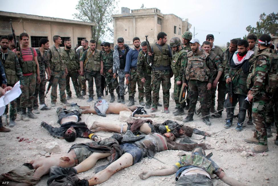 A Szabad Szíriai Hadsereg hiába zárta ki soraiból a szélsőséges iszlamistákat, az eszközök között ők sem válogattak. A képen látható férfiakat a szír hadsereg azután végezte ki, hogy azok az Aleppóhoz közeli Hanano barakkokat akarták felrobbantani 2014. április 27-én. Az Aszad-párti erők közlése szerint egy alagutat akartak ásni a létesítménybe, hogy ott hajtsanak végre pokolgépes merényleteket. Ebben az évben az SZSZH már jelentősen meggyengült, mivel nem tudott harci járműveket szerezni, katonái pedig a több ellátmánnyal rendelkező an-Núszra Fronthoz és az Arár ás-Sam szervezetekhez csatlakoztak.