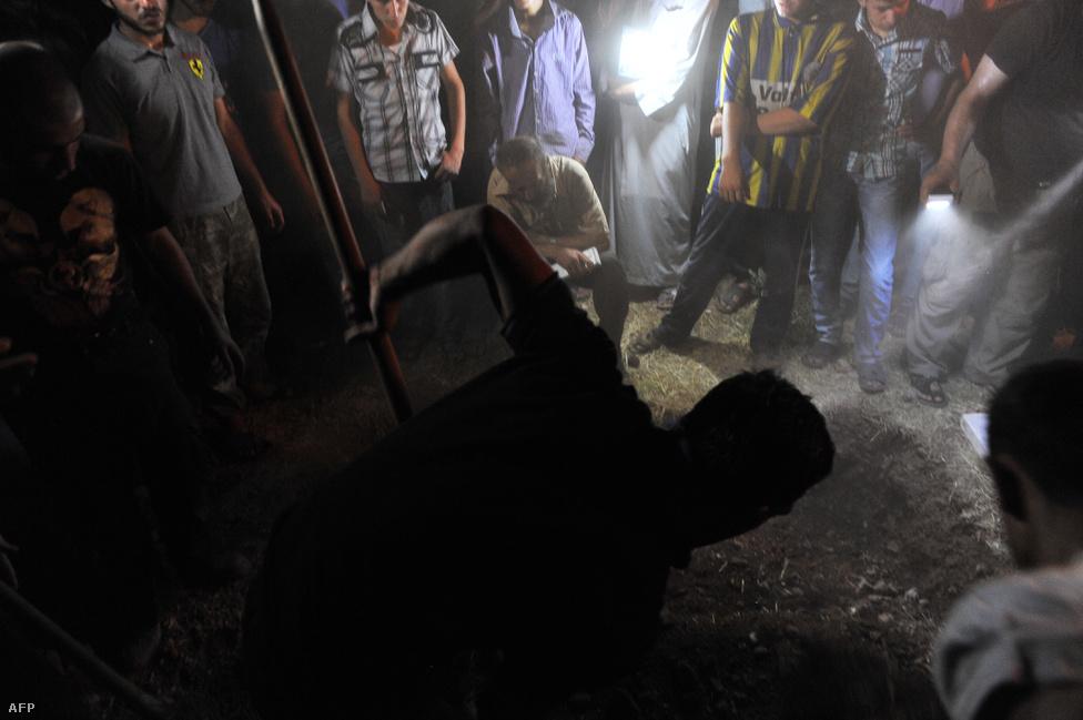 A 17 éves Mahmud Derwish temetése 2012. július 19-én. Az SZSZH oldalán harcoló tinédzser is egyike a szervezet majd' 100 ezer harcban elesett katonájának.