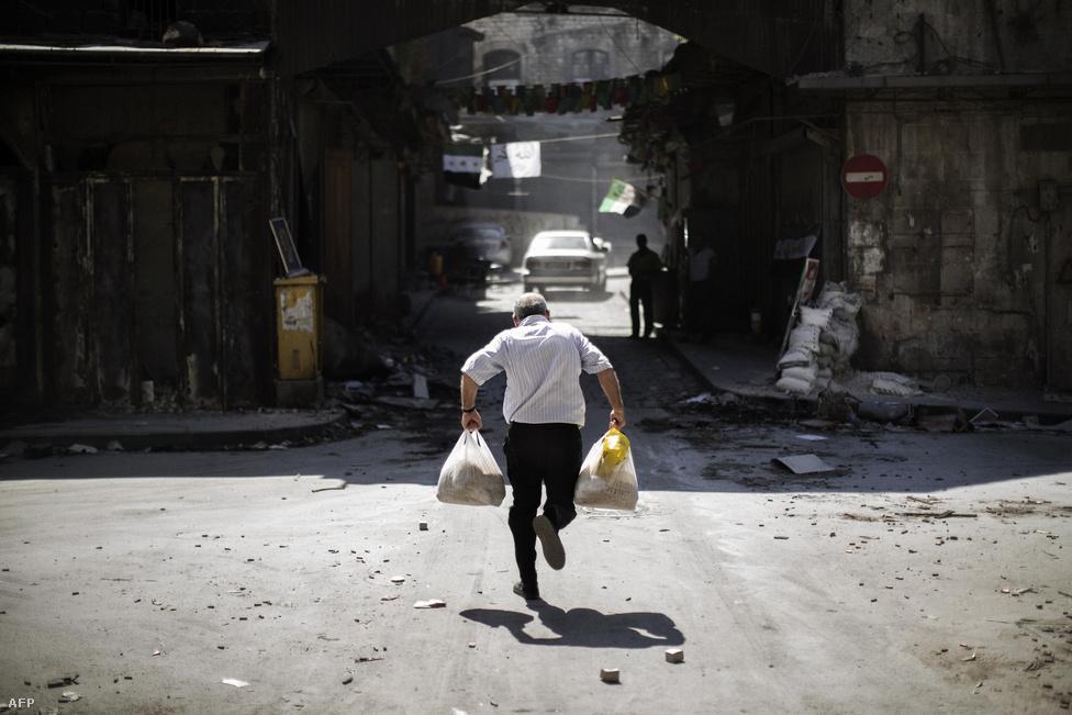 Mesterlövész elől menekülő férfi Aleppóban. A legnagyobb szíriai városban és a környékén ma is a Szabad Szír Hadsereg az egyik legfontosabb katonai erő, stratégiailag fontos állásaik vannak még Homsz és Damaszkusz környékén. Bassár el-Aszad többek között ezért is intézett hozzájuk csütörtökön beszédet: ebben amnesztiát ígért azoknak a lázadóknak, akik 3 hónapon belül megadják magukat a kormányerőknek.
