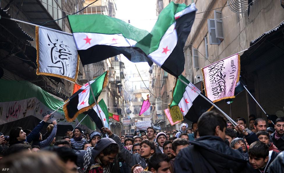 A Szabad Szíriai Hadsereg és az ellenzéki Szíriai Nemzeti Tanács az Aszad-család hatalomra kerülése előtti szír zászlót használja, mint ahogy az ezen a 2013-as aleppói demonstrációról készült képen is látszik.