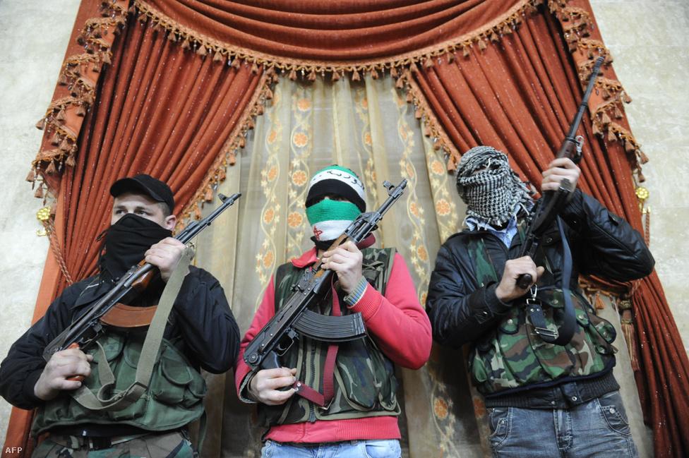 A polgárháború okozta hatalmi vákuumot az al-Kaida már 2011 augusztusában elkezdte kihasználni. Abu Bakr al-Bagdadi a terrorszervezet iraki vezetője már ekkor csapatokat küldött az országba, hogy egy új erősséget hozzon létre. Az ebből kinövő mozgalmat ma már Iszlám Államként ismerjük. A szíriai konfliktus átlálthatatlan szövetségi rendszere miatt sokan pártoltak át az IS-hez, sok katonájukról kiderült, hogy korábban az SZSZH tagjai voltak, akiket az Egyesült Államok képezhetett ki és fegyverezhetett fel.                         A képen az SZSZH katonái láthatók az észak-szíriai Binnis városának egyik házában 2012-ben.