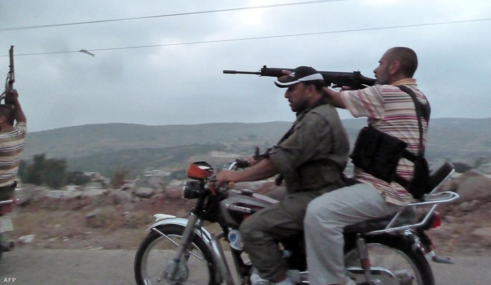 Motorbiciklis SZSZH-gerillák a Homsz város melleti Azzara faluban. A lázadókhoz 2012 elején csatlakozó Musztafa al-Seik még januárban arról beszélt a Reutersnek, hogy a gyors támadásaik egy éven belül kifáraszthatják az Aszadhoz hű erőket. Ekkor 25-30 ezer főre becsülte a Szabad Szíriai Hadsereg létszámát. A csúcs pedig azután volt, hogy 2013. június 1-én Aszad elnök csapatai vegyi fegyverket vetettek be a lázadók ellen, a felháborodás miatt pedig sokan csatlakoztak az SZSZH-hoz.