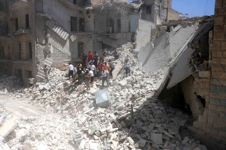 A szír hadsereg bombatámadása után Aleppó Mashhad negyede.