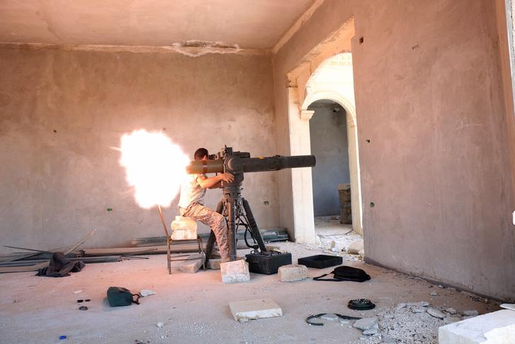 Ellenzéki harcos TOW rakétával Észak-Aleppóban