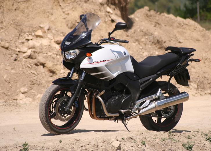 Ez a Yamaha ajándéka a TDM-eseknek 2007-re. Elegáns fehér fényezés, piros csík a kerekekben. Vagyány, mi?