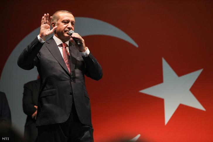 Recep Tayyip Erdogan török elnök beszél támogatóihoz isztambuli rezidenciája elõtt 2016. július 19-én hajnalban.