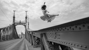 De miért repül ez a lány a Szabadság híd felett?