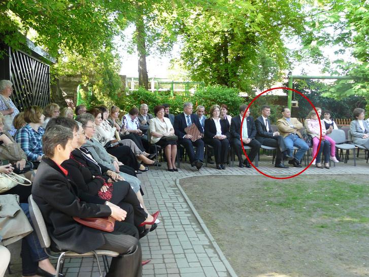A kép jobbszélén ülnek egymás mellett: Vizoviczki világos zakóban, Kubatov keresztbe tett lábbal