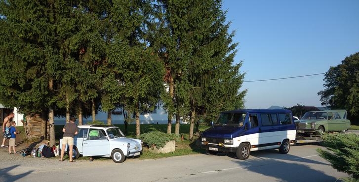 Három öreg autó találkozója. Egyik rossz csak