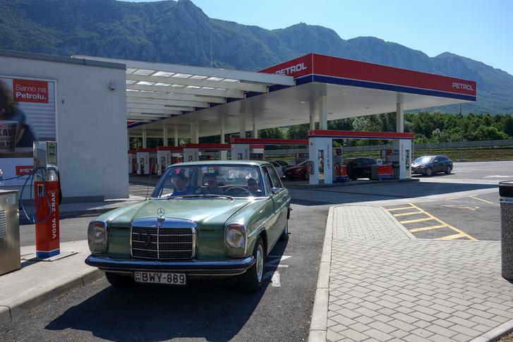 Szlovéniában szabott áras az üzemanyag, mindegy, hogy kis falu, vagy autópálya. 1,10-ét tankoltunk odafelé, Olaszban először 1,60 volt a pályán a gázolaj. De Tarquiniában találtunk kutat, ahol 1,25 euró volt, Trapani mellett meg 1,20-ért tettük tele