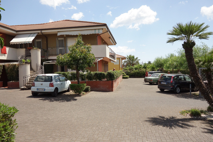 Taormina melletti, fondachellói szállásunk. Konkrétan az, ami az Arosa orra előtt van
