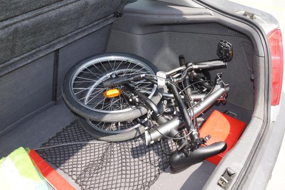 Egy első generációs Toyota Avensis csomagteréből ennyit foglal a B'Twin Hoptown 300