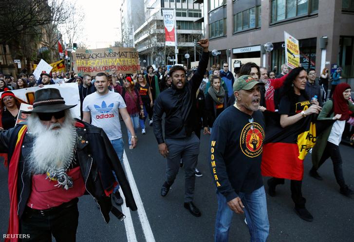 Tüntetők vonulnak Sydney utcáin, 2016. július 30-án.