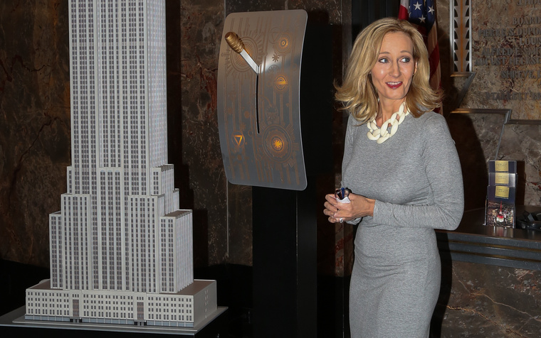 2015. május 10. – Rowling kapcsolja fel az Empire State Building fényeit New Yorkban.