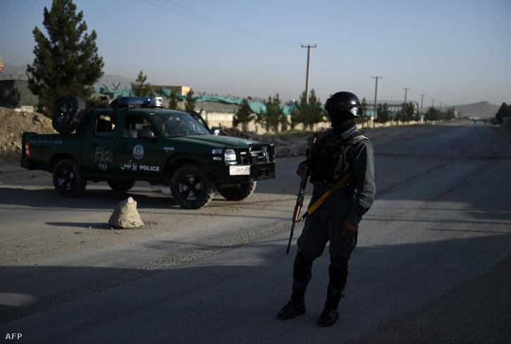 Afgán rendőr biztosítja az utat a robbantás helyszínén, a kabuli szálloda közelében, 2016. augusztus 1-én.
