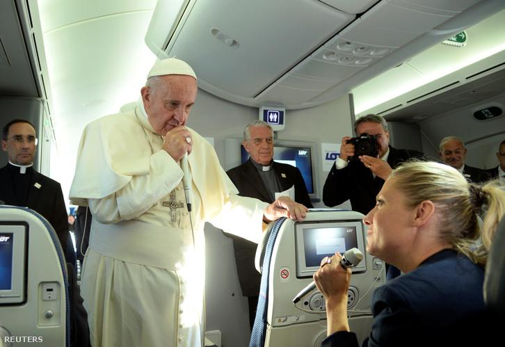 Ferenc pápa beszél újságírókkal a lengyelországi látogatást követő repülőúton 2016. július 31-én.