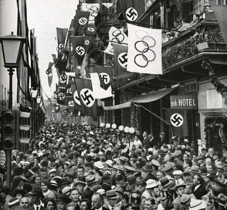 """A """"Via Triumphalis""""-on hömpölygő tömeg, 1936. augusztus 1."""