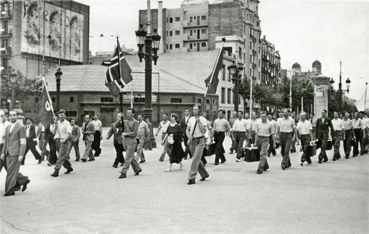 A norvég AIF csapat vörös és norvég zászló alatt, Barcelona utcáin vonulva a Montjuïc Stadion felé.