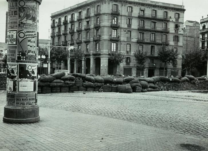 Barikád a Parallel-en, Barcelona, 1936. július 19. A hirdetőoszlopon a Népi Olimpia plakátjai.