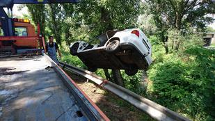 Belehalt sérüléseibe a fának csapódott autó egyik utasa