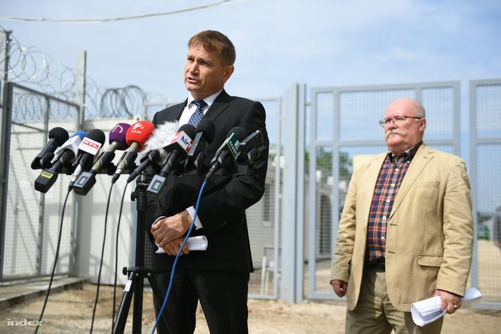Ónodi-Szűcs Zoltán, az Emmi egészségügyért felelős államtitkára és Kovács Attila az országos tisztifőorvos helyettesének közös sajtótájékoztatója a röszkei tranzitzónánál, 2016. augusztus 2-án.