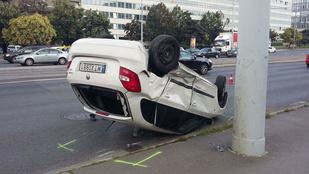 Durva ütközés miatt a hátán landolt ez az autó