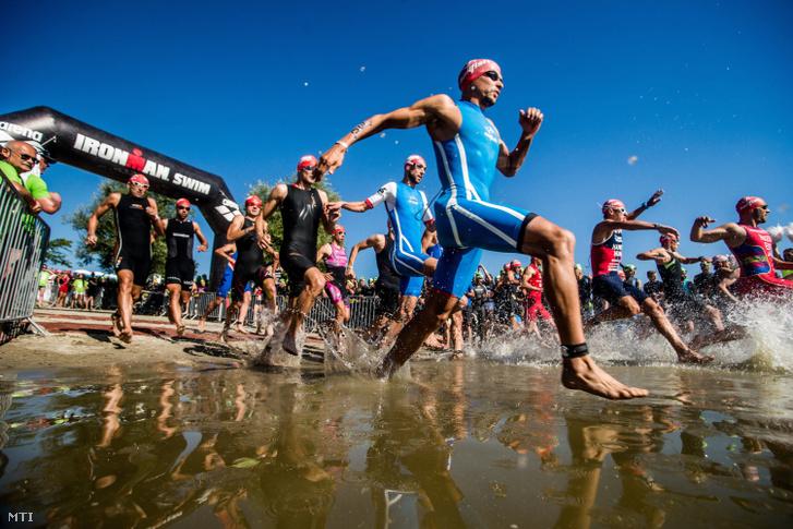 Résztvevők az Ironman 70.3 triatlonverseny úszás száma előtt Budapesten 2016. július 30-án.