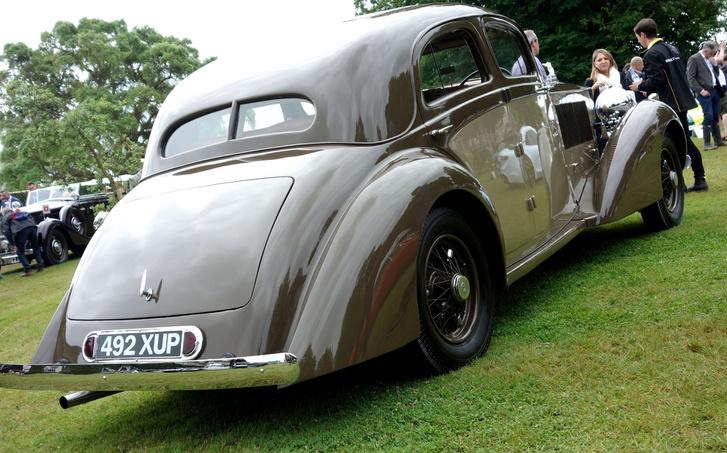 Ez a Gurney Nutting-féle, kávészínű autó hátulról hasonlít az előző, Freestone  Webbhez, bár a lemezek domborúbbak, a lökhárító egyszerűbb vonalú, a hátsó szélvédő pedig osztott. Ki nem találják, de ez is egy Sports Saloon