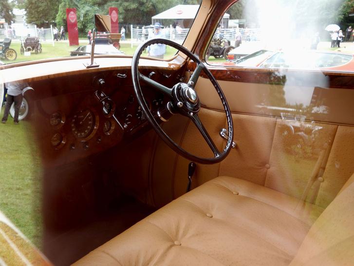 Steppelt bőrülések, hajókormány, gazdag műszerezettség, vastag, tömör diófa - a luxust valamivel ki kellett fejezni. A kocsi 1966-ban tért vissza Angliába, a Denne család akkor restauráltatta (már annak is 50 éve...), s azóta az övék
