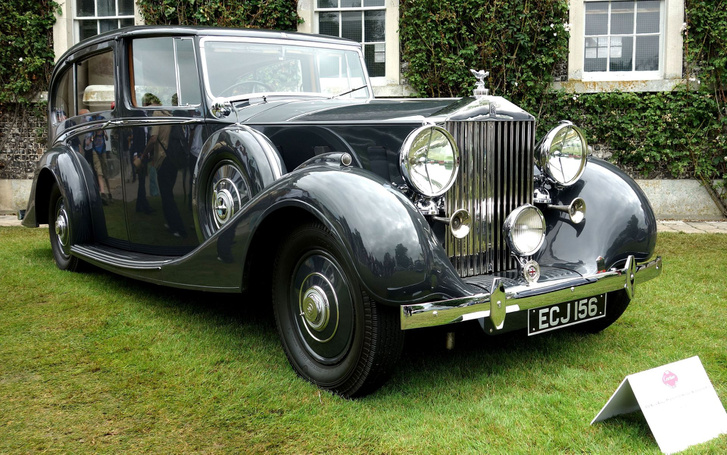 Valamennyi kiállított közül a legújabb Phantom III volt ez az 1938-as Hooper Sedanca de Ville. A Phantom III volt a legelső, egyben a BMW-korszakos Seraphig az utolsó V12-es motorral hajtott kocsija is a cégnek, Henry Royce mérnöki zsenialitásának legmagasabb pontja és egyben búcsúzó darabja. Royce persze már 1933-ban meghalt, de a csodás V12-est csak három évvel később tették bele a Phantomba