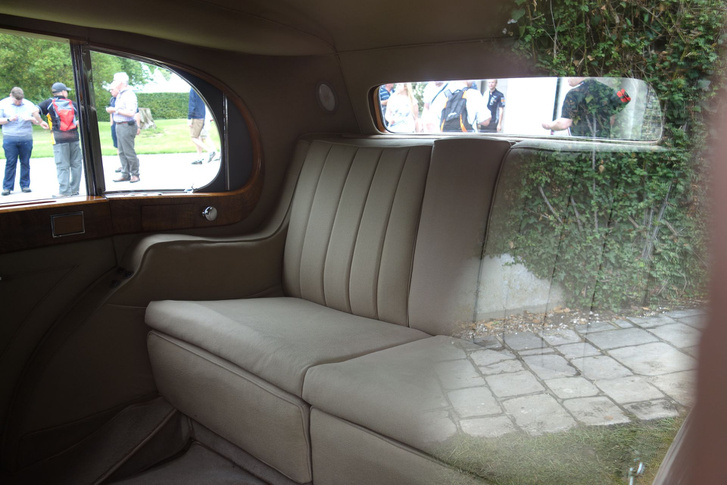 Ne tévesszen meg senkit, ez ugyanaz az autó, amiben elöl bőrülés van az előző képen. Az akkori gazdagok tudták, mi a kényelem - a sofőr izzadt a tartós és csúszós bőrülésen, az urak és úrhölgyek hátul a jól szellőző, kellemes tapintású és puha szöveten rugóztak. Ja, ez még mindig az 1938-as Hooper Sedanca de Ville