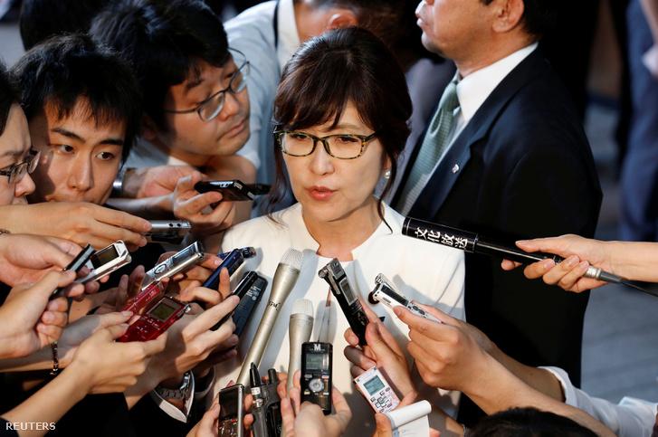 Tomomi Inada Japán új védelmi minisztere tart sajtótájékoztatót