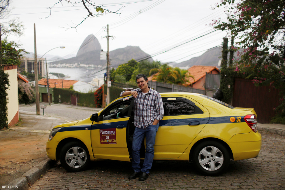 """""""Örülök neki, hogy a kormány áldozott a közlekedés és az infrastruktúra fejlesztésére. Szinte egész nap vezetek, és szemmel láthatóan javult a helyzet"""" - mondja Abner Lelis, a 54 éves taxisofőr. Az viszont zavarja, hogy kollégái néha lehúzzák a külföldieket, és direkt hosszabb úton mennek, hogy többet fizettessenek velük.                         Rio városban 6,5 millióan, a szűken vett agglomerációban 12 millióan élnek, így nem csoda, hogy nem ritkák a hatalmas dugók arrafelé. Ráadásul az olimpiai falu nagyjából 35-40 kilométerre van a városközponttól, ami nem könnyíti meg a helyzetet. Bár a riói közlekedés általában véve javult, az nem biztos, hogy az olimpiára sikerült teljesen felkészülniük: a megnyitó előtti héten egyes időszakokban 2,5 órába telt kocsival kijutni a városból az olimpiai faluba. De a dugóban legalább nem tudják direkt lehúzni a turistákat."""