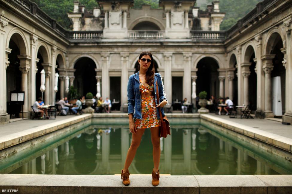 """""""Örülök az olimpiának, az országunk ügyes-dolgos bajai, a korrupcuió és az erőszak fel se fog tűnni a látogatóknak a játékok alatt. Vendégszerető emberek vagyunk, és tudjuk, hogyan vidítsuk fel a turistákat"""" - Maria Callou, a 35 éves divattervező pozitív gondolatokkal várja a játékokat.                         A brazil vendégszeretethez, illetve a turisták felvidításához nem fér kétség. Ezt az is jelzi, hogy az olimpia várható látogatószáma elmarad a riói karneválétól, amire évente nagyjából egymillióan érkeznek a világ egyik partifővárosába."""