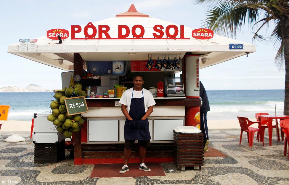 """""""Remélem sok turista fog jönni, élvezni fogják a város és az olimpia energiáját"""" - Dayvison Nascimento, a 25 éves pultos a bulira készül, szerinte az olimpia pozitív hatással lesz a városra, javítani fogja Rio nemzetközi imázsát. Attól viszont tart, hogy a rendőrség a játékok idejére sem fogja tudni megfékezni az elharapódzó riói bűnözést.                         Az olimpia előtt leginkább a Brazíliát sújtó gondokkal, a korrupcióval, gazdasági válsággal, na meg a zikavírussal volt tele a világsajtó. Ez persze minden nagyobb nemzetközi sportesemény előtt így van: a Szocsiban rendezett téli játékok vagy akár a 2014-es brazil futball-világbajnokság előtt is ment a paráztatás, aztán mindkettőből jó hangulatú esemény lett."""